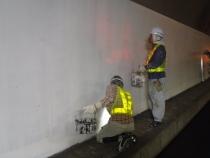 親水性無機ゲル化コート剤を塗装表面に施工中